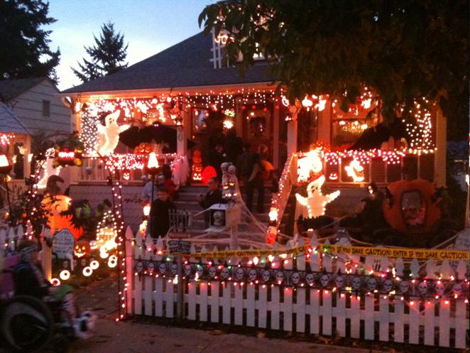 best halloween decorated houses designcorner source halloween decorated houses giftsforsubs